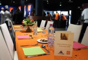 Plus de 130 personnes ont pu bénéficier du déjeuner de Noël de la Banque Alimentaire des un des salons du stade d'Ornano