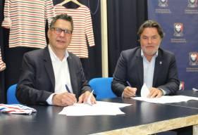 Fabrice Clément aux côtés de Luc Lenésécal (PDG de Saint James) lors de la signature du contrat ce vendredi