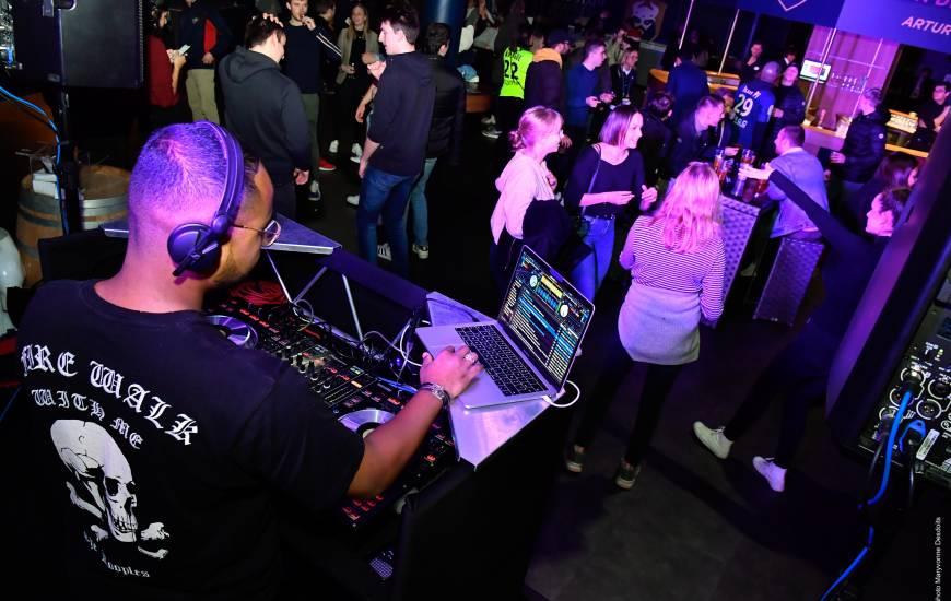 Un DJ sera présent à partir de 23h30 pour animer la suite de la soirée brésilienne au salon des légendes