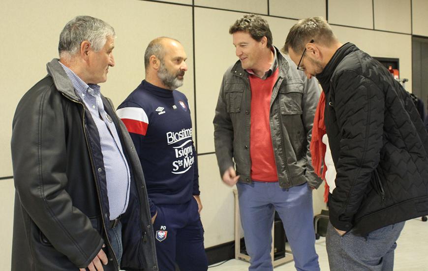 Le coach Pascal Dupraz échange avec des partenaires du SM Caen