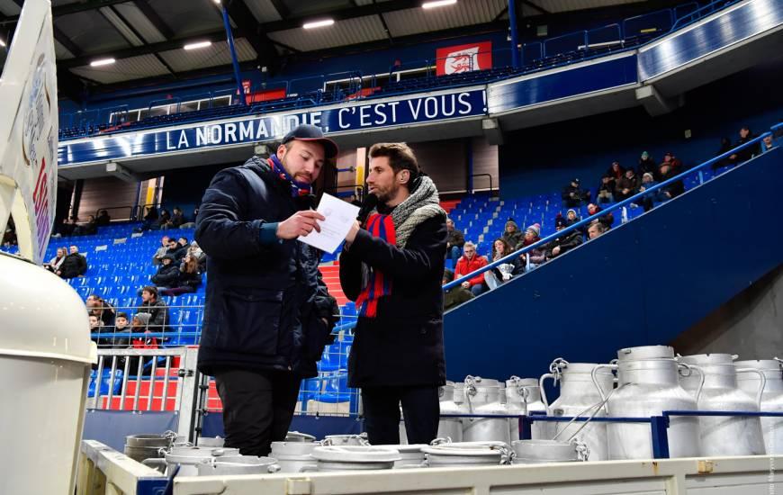 François Duval et le vainqueur du Fan Quiz Isigny Ste Mère mardi soir lors de la réception de Niort